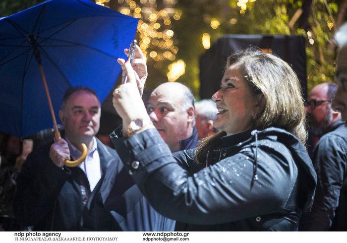Η Ντόρα Μπακογιάννη με την εγγονή της στη φωταγώγηση του Συντάγματος - εικόνα 3