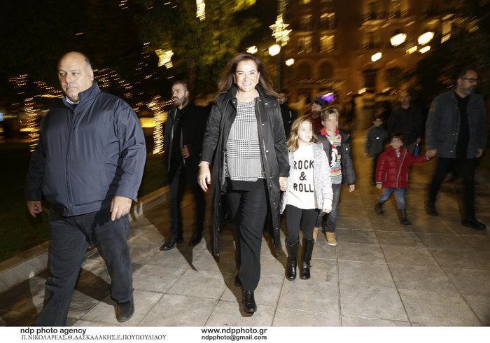 Η Ντόρα Μπακογιάννη με την εγγονή της στη φωταγώγηση του Συντάγματος