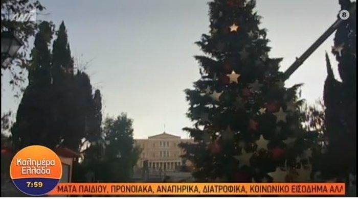 Το δέντρο της Πίζας: Γέρνει τώρα το χριστουγεννιάτικο δέντρο στο Σύνταγμα