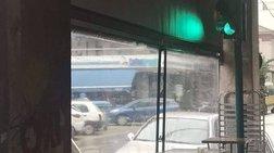 Μόνο στην Ελλάδα! Φανάρι εκτός λειτουργίας κάτω από τέντα καφετέριας