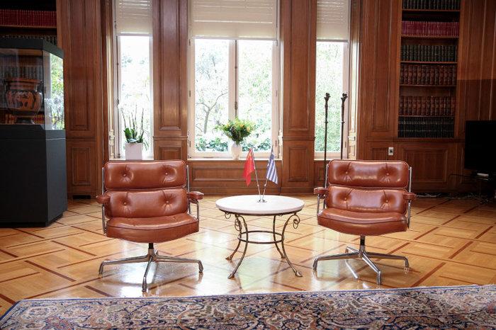Το νέο, μίνιμαλ και σύγχρονο γραφείο του Κυριάκου Μητσοτάκη (φωτό)