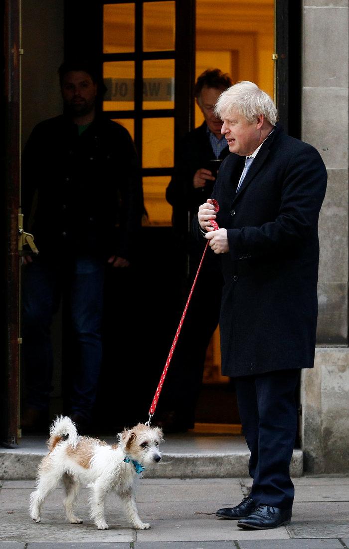 O Mπόρις Τζόνσον ψήφισε και φίλησε τον σκύλο του - εικόνα 5
