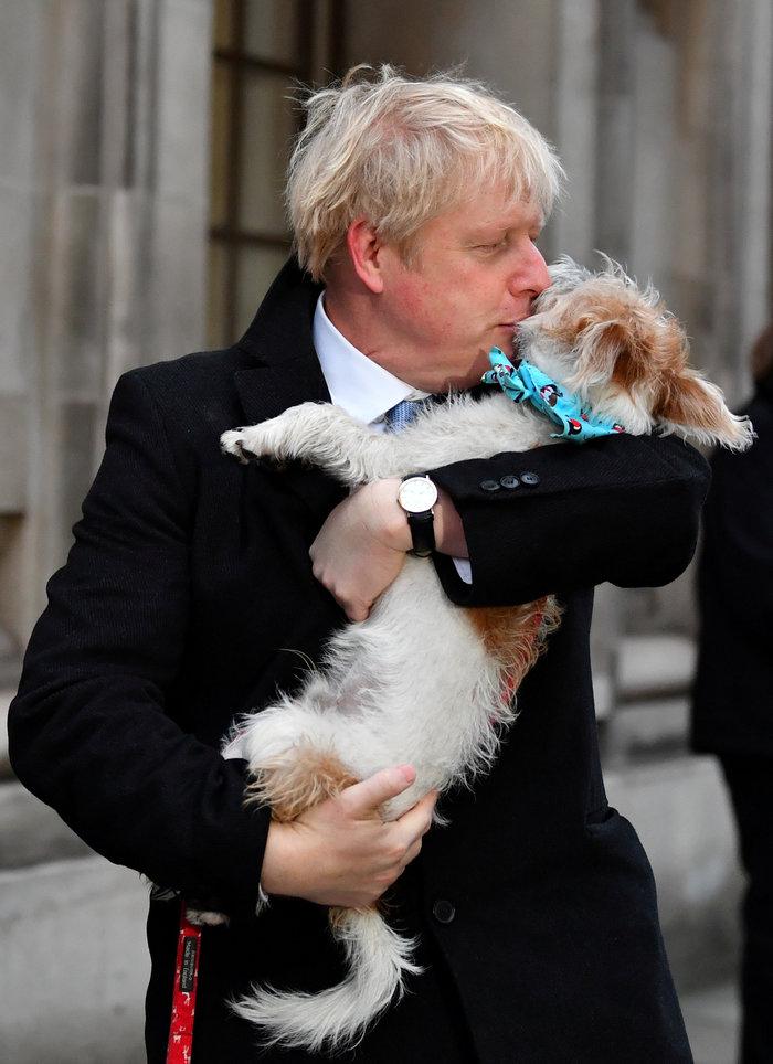 O Mπόρις Τζόνσον ψήφισε και φίλησε τον σκύλο του - εικόνα 6