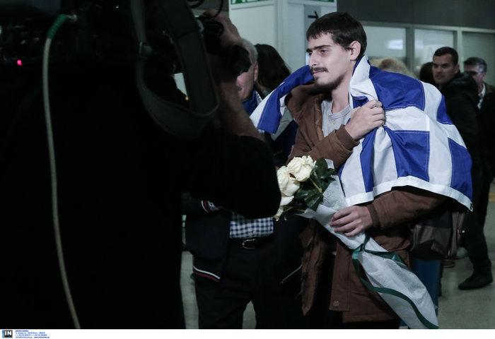 Τυλιγμένος με την ελληνική σημαία επέστρεψε ο 20χρονος ναυτικός