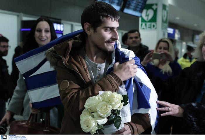Τυλιγμένος με την ελληνική σημαία επέστρεψε ο 20χρονος ναυτικός - εικόνα 4