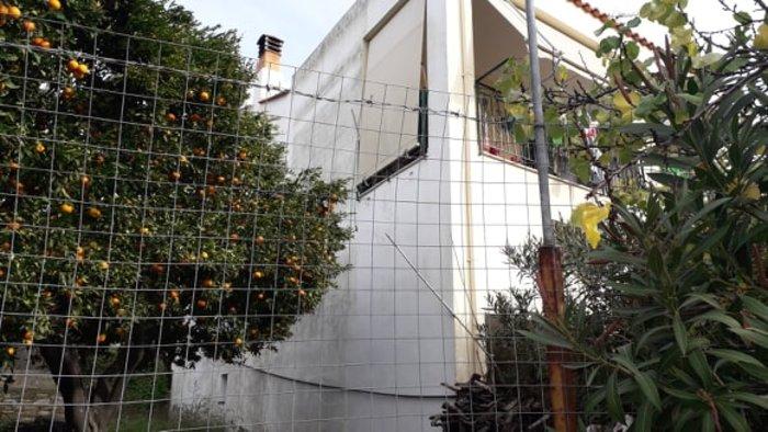 Χίος: 80χρονη πέταξε ληστή από τα 6μ. με σφουγγαρίστρα [εικόνες-βίντεο] - εικόνα 2