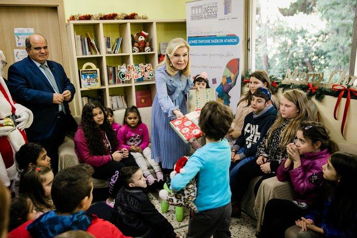 Μαριάννα Βαρδινογιάννη: Επίσκεψη αγάπης σε άπορες οικογένειες