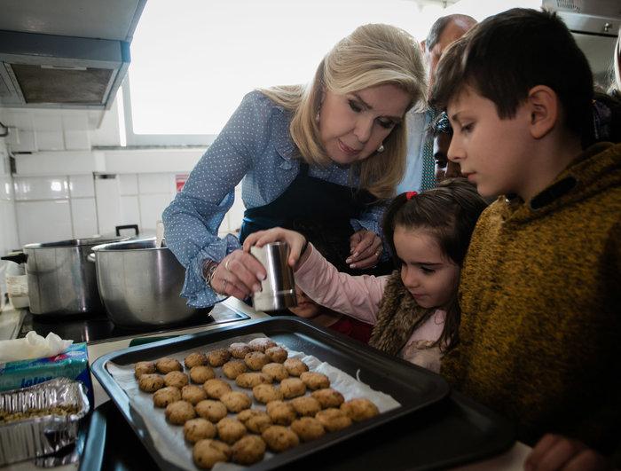 Μαριάννα Βαρδινογιάννη: Επίσκεψη αγάπης σε άπορες οικογένειες - εικόνα 4
