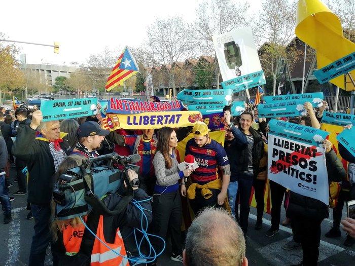 Καταλανοί διαδηλωτές απέκλεισαν το «Καμπ Νου» πριν το clasico - εικόνα 2