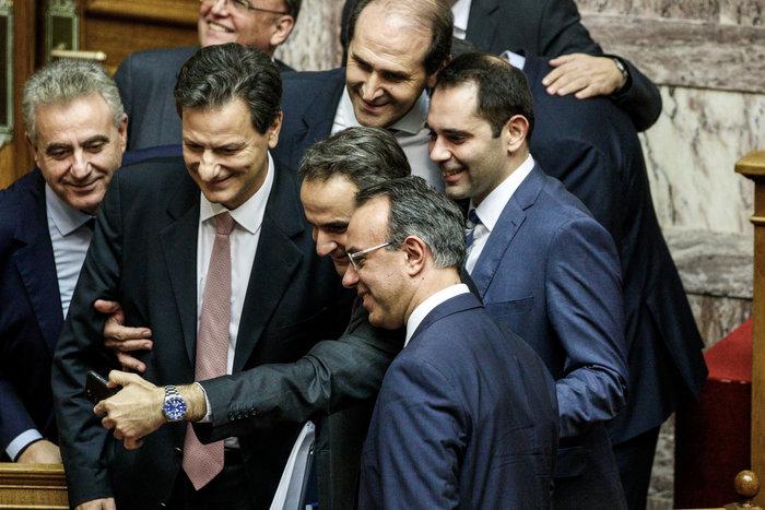 Οι σέλφις Μητσοτάκη & υπουργών μετά το ΝΑΙ στον προυπολογισμό - εικόνα 2
