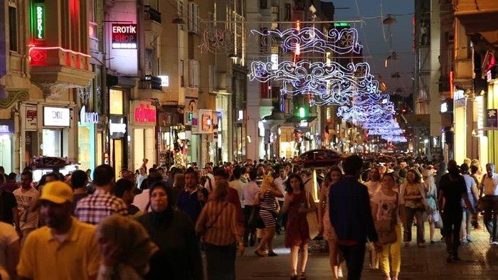 Ο Έλληνας που φωτίζει τα Χριστούγεννα σε 80 πόλεις του κόσμου