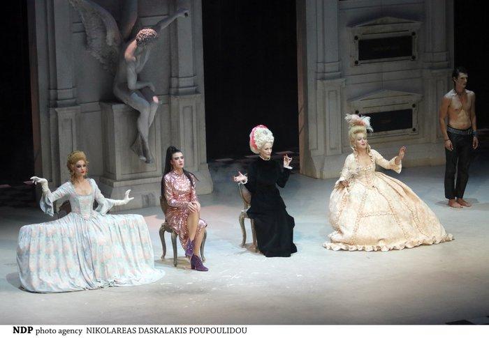 Η Ζέτα Μακρυπούλια με black and white look στο Εθνικό θέατρο [φωτο] - εικόνα 2
