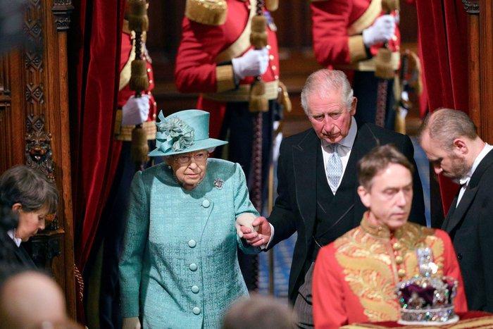 Χέρι - χέρι με τον Κάρολο στη Βουλή των Λορδων η Ελισάβετ