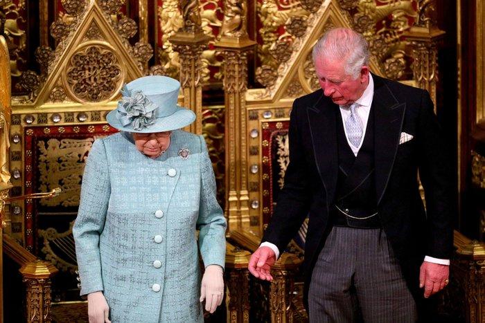 Χέρι - χέρι με τον Κάρολο στη Βουλή των Λορδων η Ελισάβετ - εικόνα 2