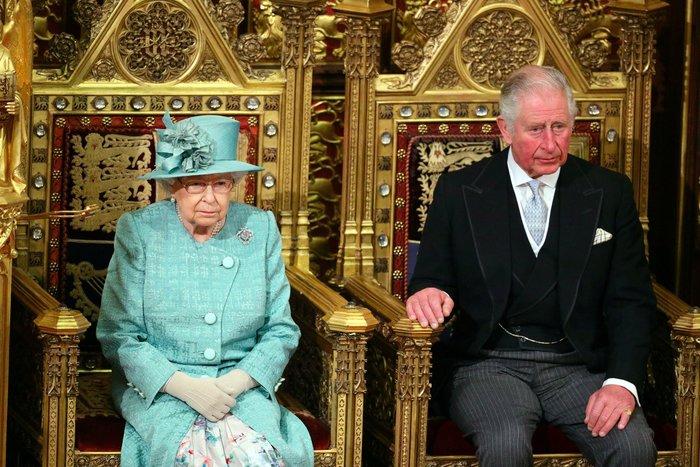 Χέρι - χέρι με τον Κάρολο στη Βουλή των Λορδων η Ελισάβετ - εικόνα 3