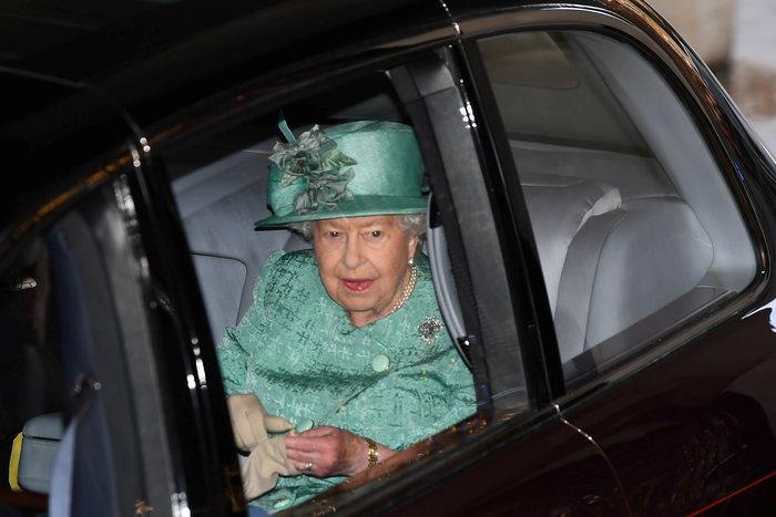 Χέρι - χέρι με τον Κάρολο στη Βουλή των Λορδων η Ελισάβετ - εικόνα 4