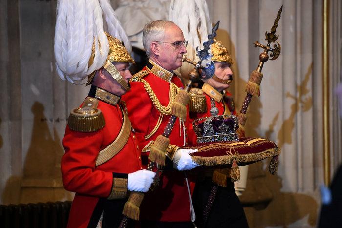 Χέρι - χέρι με τον Κάρολο στη Βουλή των Λορδων η Ελισάβετ - εικόνα 5