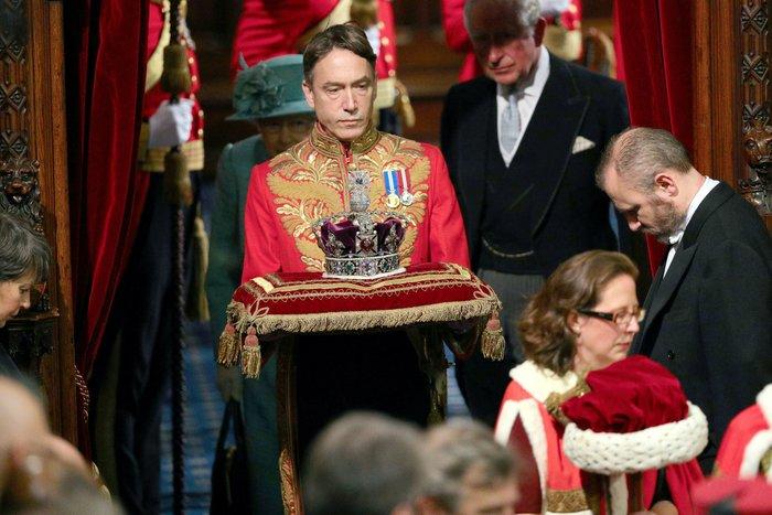Χέρι - χέρι με τον Κάρολο στη Βουλή των Λορδων η Ελισάβετ - εικόνα 6
