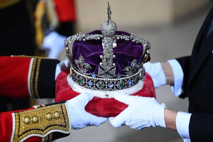 Χέρι - χέρι με τον Κάρολο στη Βουλή των Λορδων η Ελισάβετ - εικόνα 7