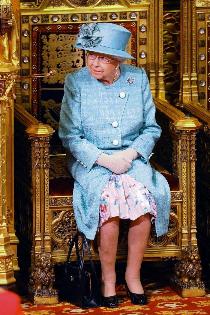 Χέρι - χέρι με τον Κάρολο στη Βουλή των Λορδων η Ελισάβετ - εικόνα 8