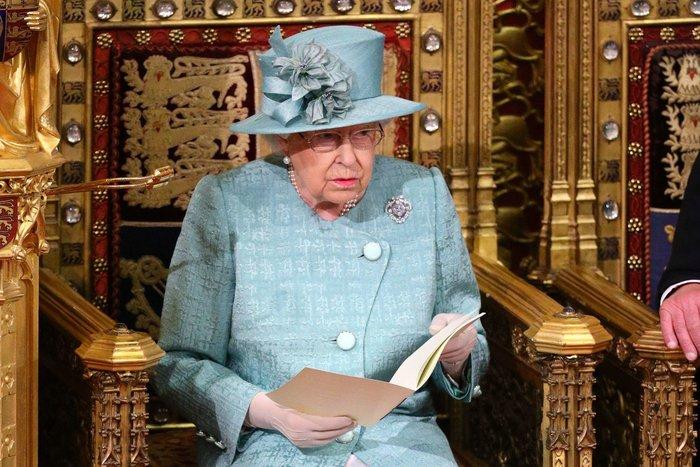 Χέρι - χέρι με τον Κάρολο στη Βουλή των Λορδων η Ελισάβετ - εικόνα 9
