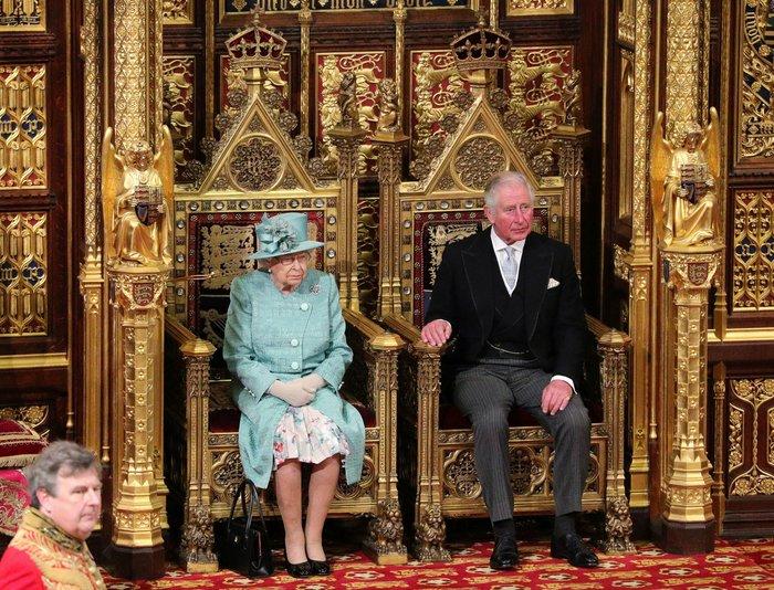 Χέρι - χέρι με τον Κάρολο στη Βουλή των Λορδων η Ελισάβετ - εικόνα 10