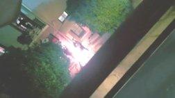 Η στιγμή που ο καταληψίας πετά «τούβλα» στους αστυνομικούς