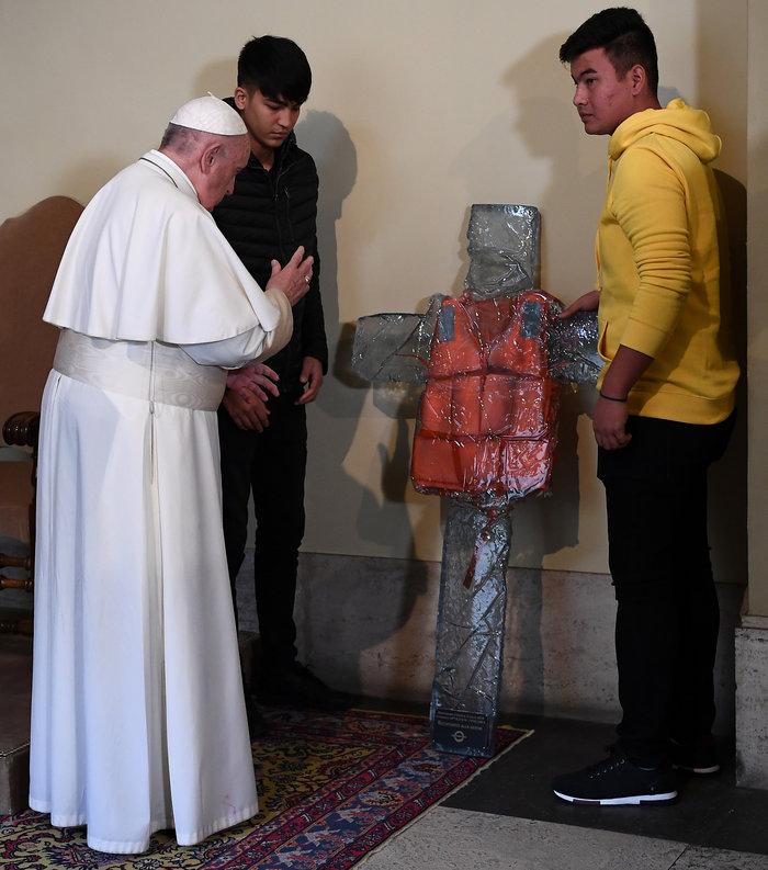 Ο Πάπας με πρόσφυγες από την Λέσβο - Η συγκλονιστική φωτογραφία - εικόνα 4