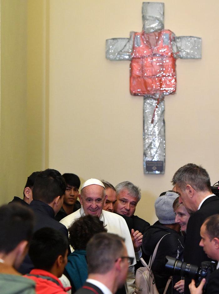 Ο Πάπας με πρόσφυγες από την Λέσβο - Η συγκλονιστική φωτογραφία - εικόνα 5