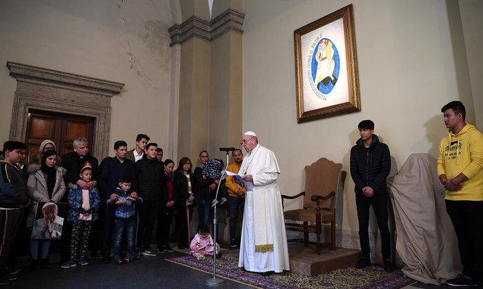 Ο Πάπας με πρόσφυγες από την Λέσβο - Η συγκλονιστική φωτογραφία - εικόνα 2
