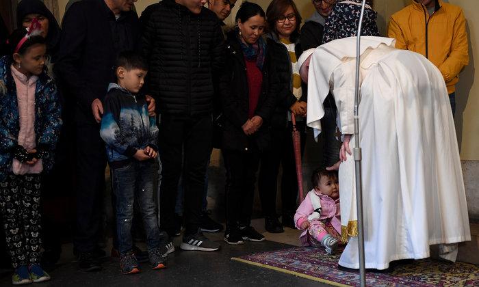 Ο Πάπας με πρόσφυγες από την Λέσβο - Η συγκλονιστική φωτογραφία - εικόνα 3