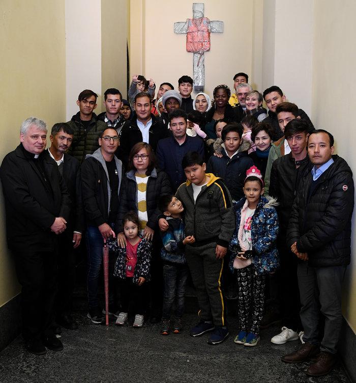 Ο Πάπας με πρόσφυγες από την Λέσβο - Η συγκλονιστική φωτογραφία - εικόνα 6