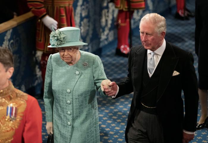 Ελισάβετ και Κάρολος σε μια σπάνια στιγμή τρυφερότητας [εικόνες] - εικόνα 2