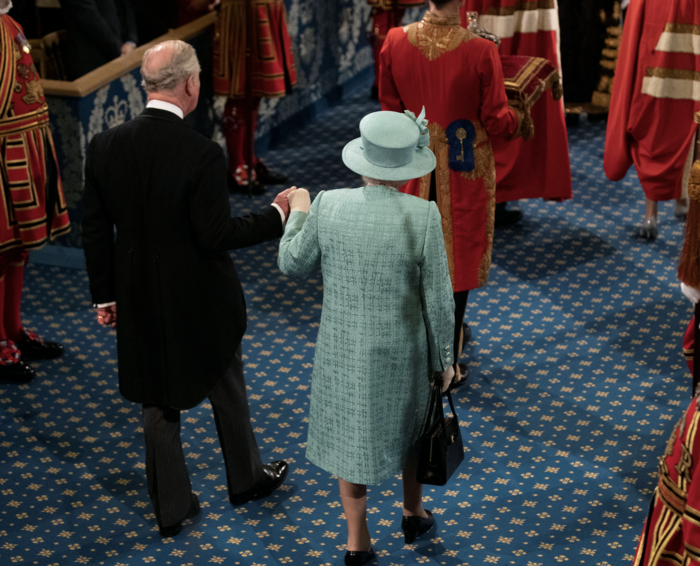 Ελισάβετ και Κάρολος σε μια σπάνια στιγμή τρυφερότητας [εικόνες] - εικόνα 4