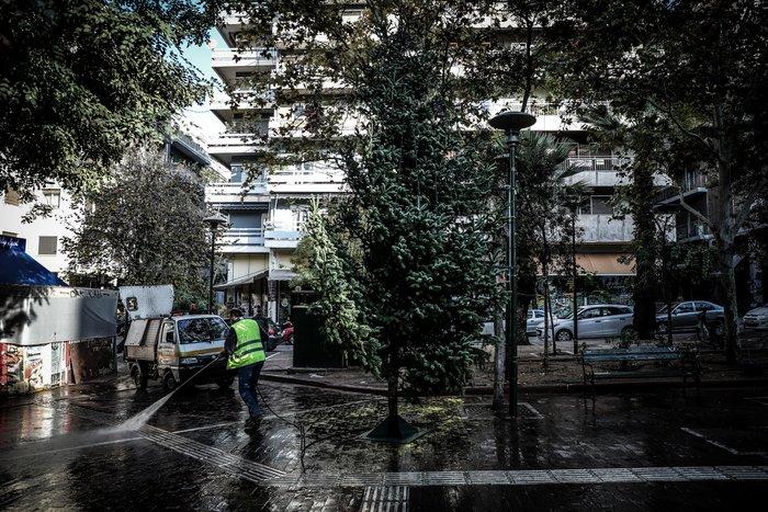 Ξανατοποθέτησαν το Χριστουγεννιάτικο δέντρο στα Εξάρχεια [φωτό] - εικόνα 3