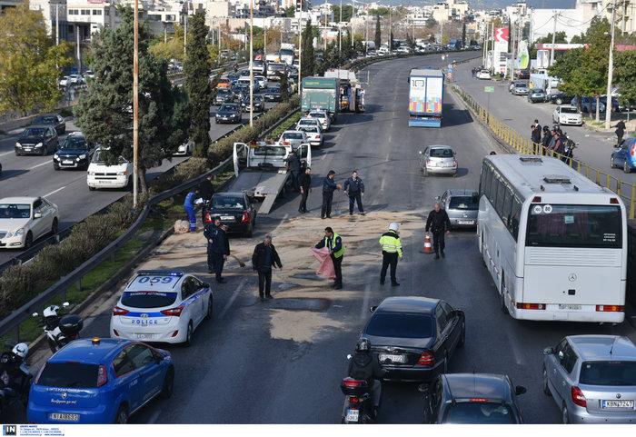 Κυκλοφοριακό χάος στον Κηφισό μετά από σύγκρουση φορτηγών