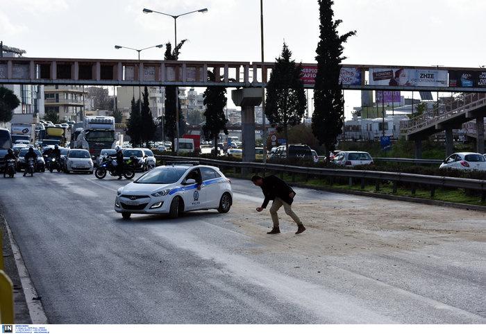 Κυκλοφοριακό χάος στον Κηφισό μετά από σύγκρουση φορτηγών - εικόνα 3