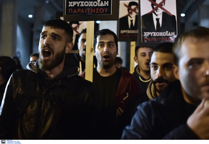 Τα πλακάτ του ΣΥΡΙΖΑ για την παραίτηση Χρυσοχοΐδη
