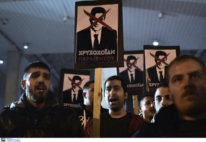 Τα πλακάτ του ΣΥΡΙΖΑ για την παραίτηση Χρυσοχοΐδη - εικόνα 2
