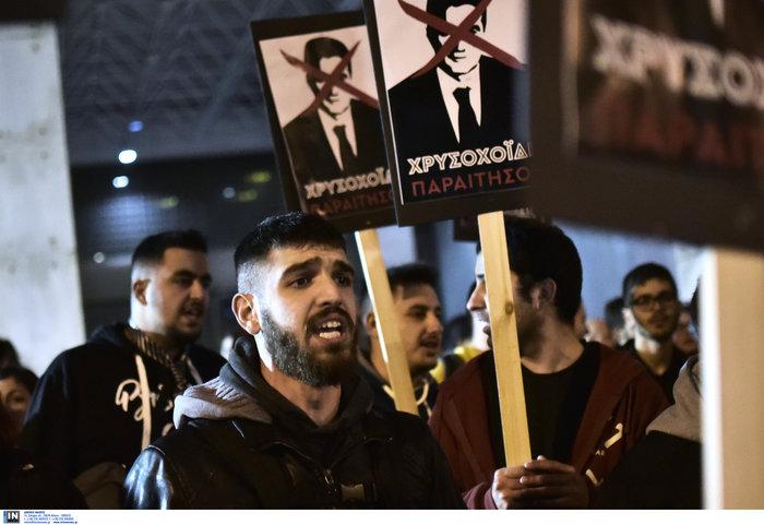 Τα πλακάτ του ΣΥΡΙΖΑ για την παραίτηση Χρυσοχοΐδη - εικόνα 3