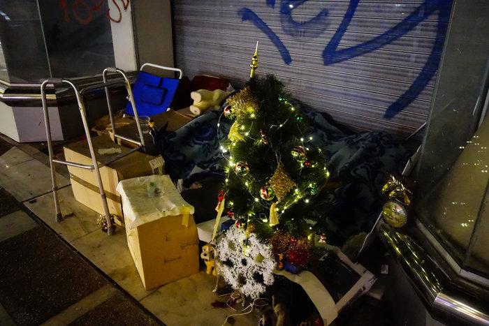 Συγκινητικό: Αστεγος στόλισε δέντρο στο σημείο που κοιμάται - εικόνα 2