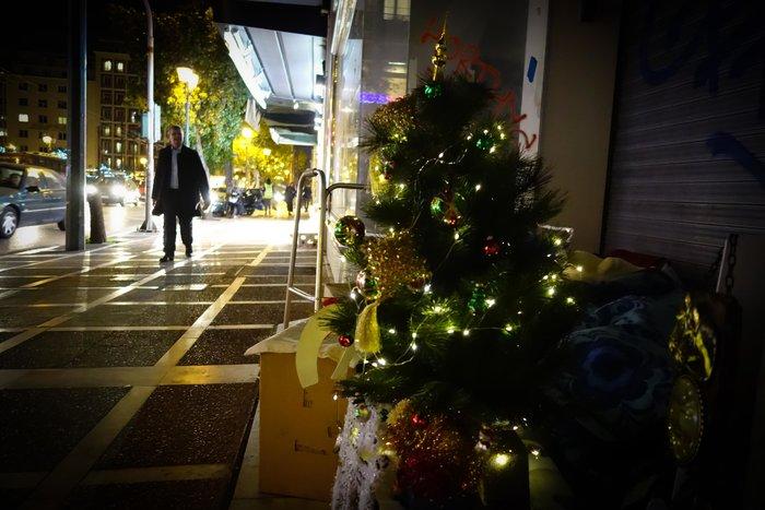 Συγκινητικό: Αστεγος στόλισε δέντρο στο σημείο που κοιμάται