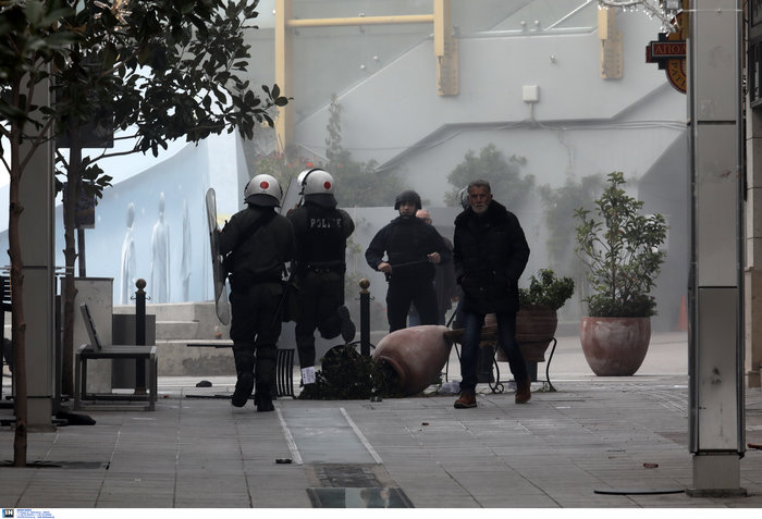 Σοβαρά επεισόδια στο Μαρούσι - Συμπλοκές ΜΑΤ αντιεξουσιαστών - εικόνα 2