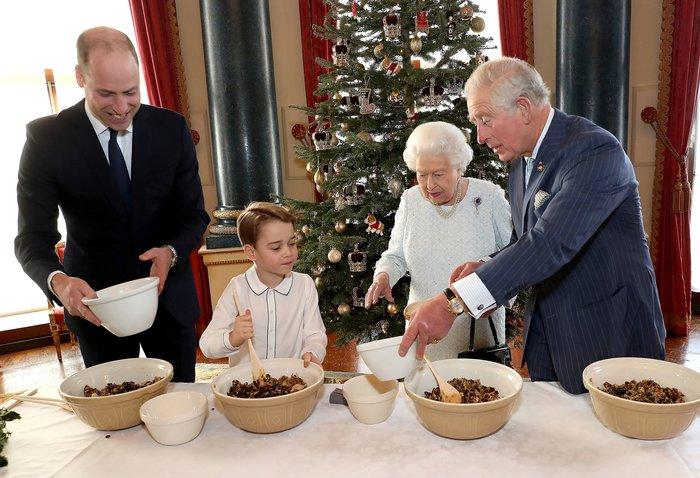 Καμαρώνει η βασίλισσα Ελισάβετ: Ο Τζορτζ φτιάχνει πουτίγκες [εικόνες]