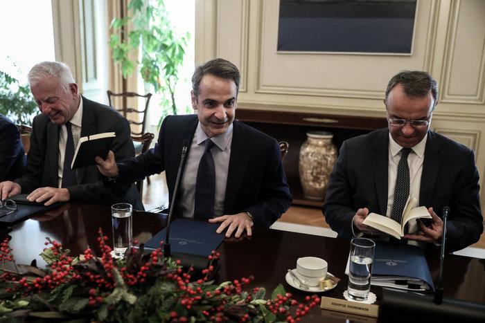 Χριστουγεννιάτικο δώρο Μητσοτάκη στους υπουργούς - Τι τους έδωσε [εικόνες]
