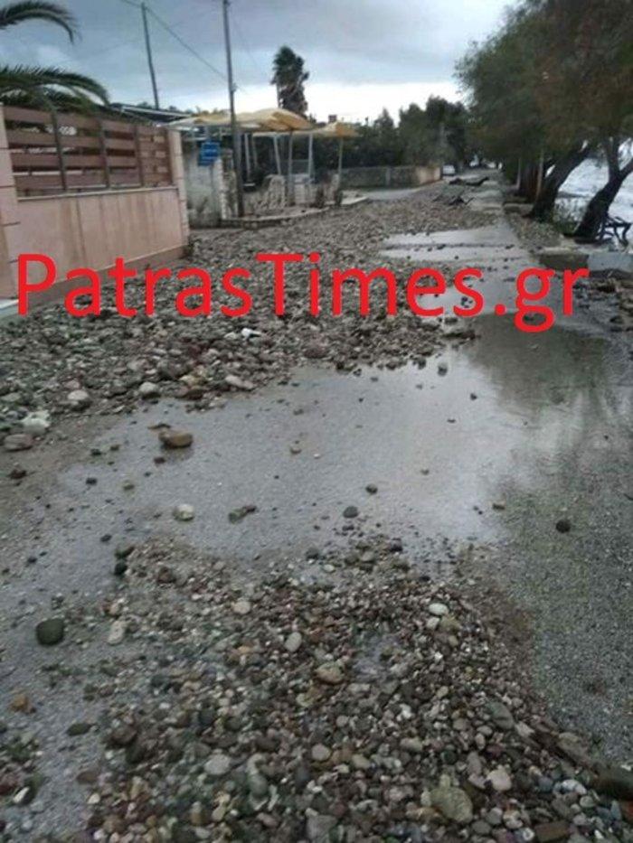 Πάτρα: Η θαλασσοταραχή έβγαλε τόνους πέτρες στην παραλιακή [εικόνες] - εικόνα 2