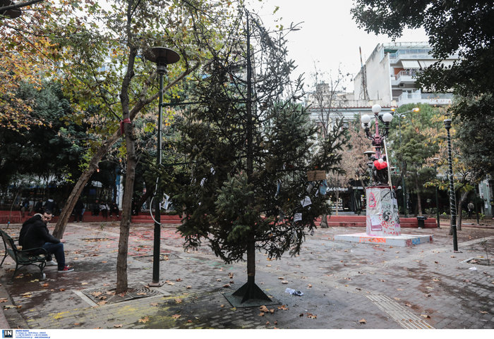 Εξάρχεια: Αφού έκαψαν το δέντρο, στόλισαν την πλατεία...με τον τρόπο τους - εικόνα 2