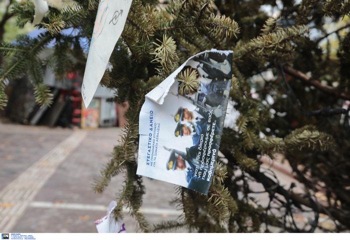 Εξάρχεια: Αφού έκαψαν το δέντρο, στόλισαν την πλατεία...με τον τρόπο τους - εικόνα 3