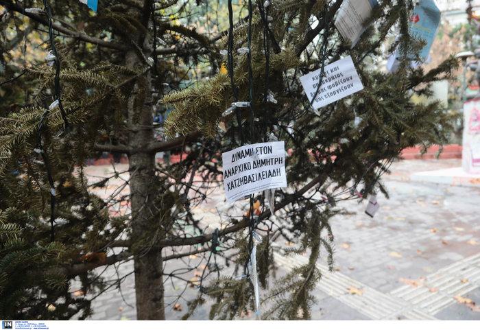 Εξάρχεια: Αφού έκαψαν το δέντρο, στόλισαν την πλατεία...με τον τρόπο τους - εικόνα 4