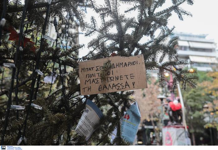 Εξάρχεια: Αφού έκαψαν το δέντρο, στόλισαν την πλατεία...με τον τρόπο τους - εικόνα 6